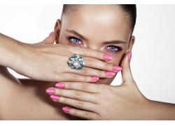 戴戒指的美甲彩妆模特