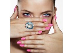 戴戒指的彩妆模特