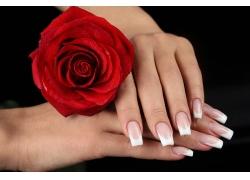 玫瑰花和白色美甲