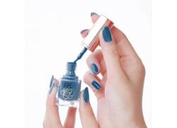 蓝色指甲油和美女美甲
