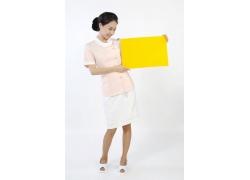 两手拿着黄色东西的护士