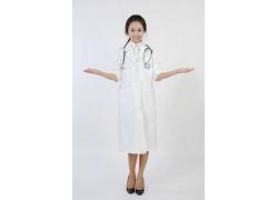 双手敞开的护士