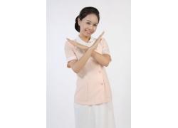 双手交叉的女护士