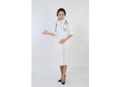 做欢迎手势的美女护士