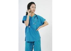 拿着手机打电话的护士