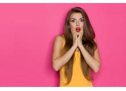 粉色背景下的女人