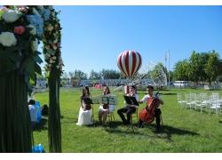 婚礼现场草地上的乐队