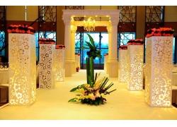 婚礼现场上的灯柱和鲜花