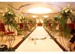 婚礼现场上的白色玫瑰花
