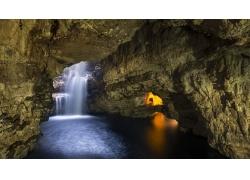 洞穴里的河流与瀑布