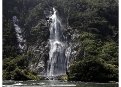 山坡上的瀑布