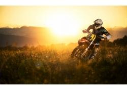 草地上骑摩托车的运动员
