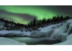 美丽积雪瀑布风景