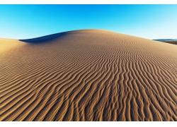 蓝天下的沙漠沙丘