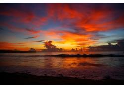 火红云霞的海上风光