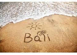 海滩上的图案和文字