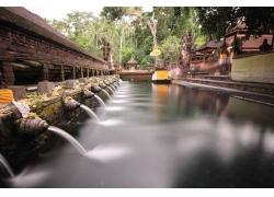 喷泉流出的水柱景观