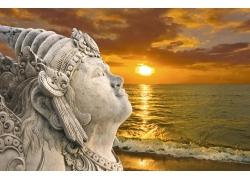 女神塑像与日落风光