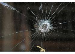 子弹击碎的玻璃
