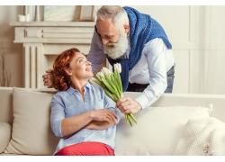 送花给妻子的男士