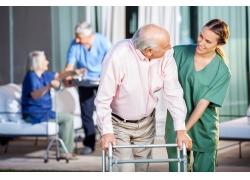 医院护理老人的医生