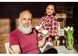 端着咖啡的中年夫妻