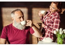 喝咖啡的幸福夫妻