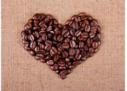 咖啡豆心形图案背景