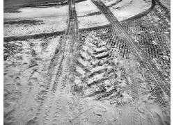 地面上的轮胎印迹
