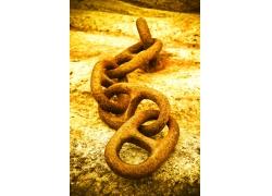 金黄色地面上的铁链