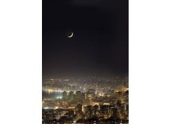 城市夜空上的月亮摄影