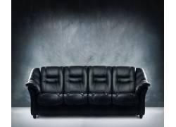 靠着墙壁的黑色沙发