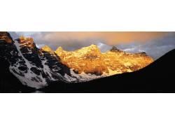 日出下的雪山摄影