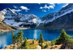 雪山下的湖泊美景