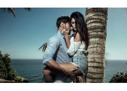 椰树下亲热的外国情侣