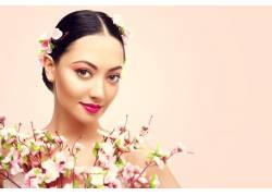 美女和花朵枝条摄影