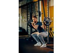 半蹲的健身男人摄影
