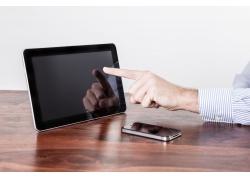 桌子上的平板电脑与智能手机