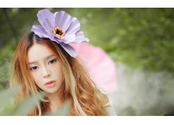头戴花朵的清纯女生
