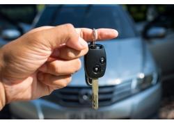 拿着汽车钥匙的人物