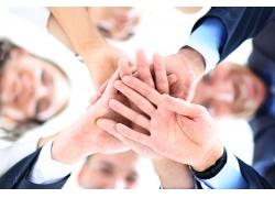 手叠在一起的商务团队