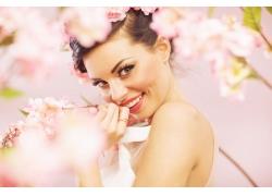 开心的美女与花朵