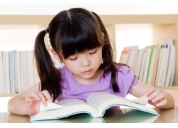 正在看书的孩子图片