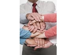 把手叠在一起的商务团队