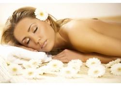 躺着的女人和花朵