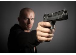 握枪的男人