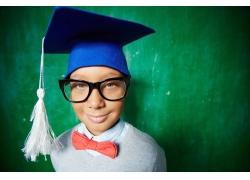 戴着学士帽的小男孩