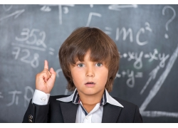 黑板前面的小男孩