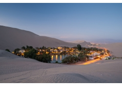 沙漠里的城市夜景