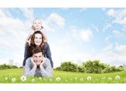 趴在草地上的一家人